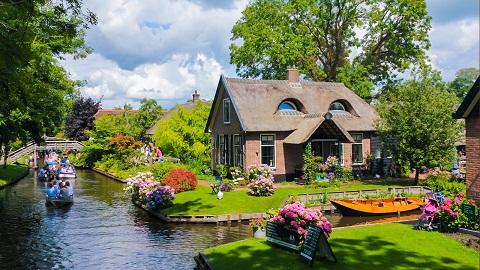 Ngôi làng Giethoorn vào mùa xuân cảnh vật đua hoa khoe sắc
