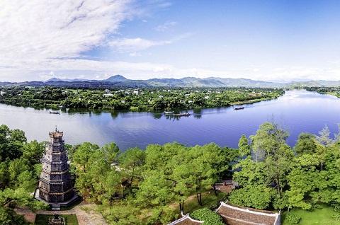 Có thể đến chùa Thiên Mụ bằng thuyền trôi lững lờ trên sông Hương