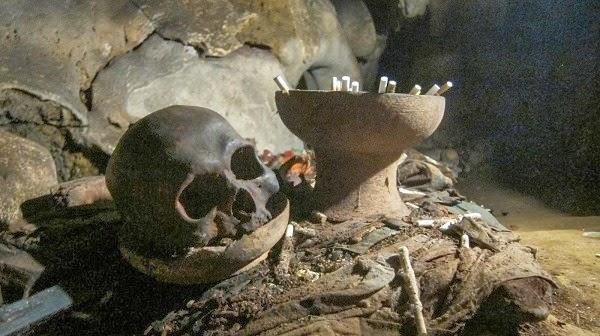 Người Toraja đặt xác trên núi