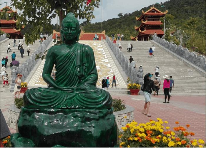 Bức tượng Phật được tạc từ khối ngọc cẩm thạch tại chùa Hộ Quốc Phú Quốc