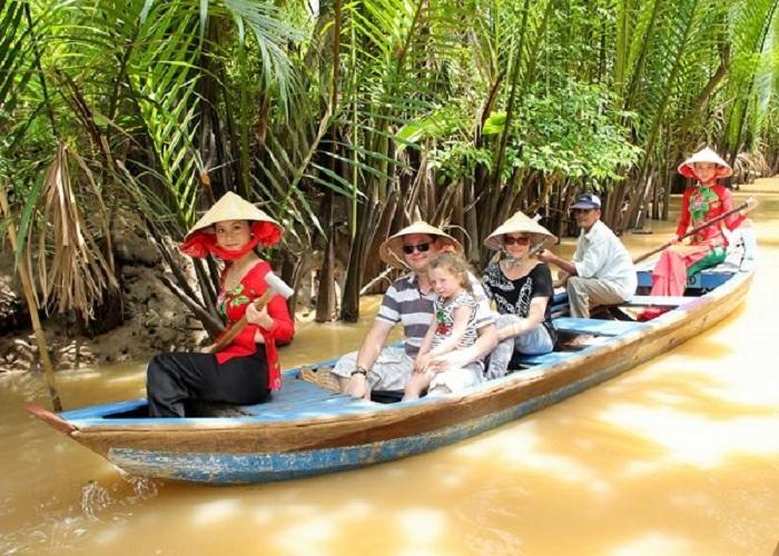 Ngồi xuồng ba lá và năm lá khám phá cuộc sống sông nước Miền Tây.