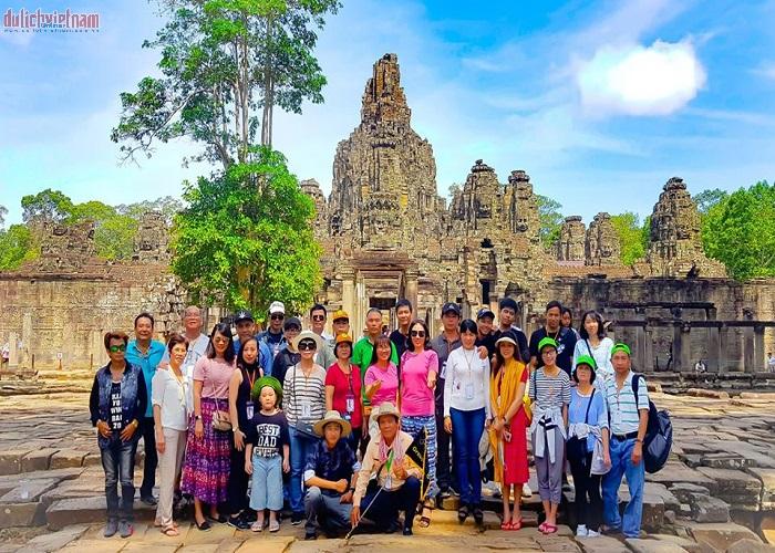 Đoàn du khách đến tham quan và chụp ảnh lưu lại kỷ niệm trong chuyến đi Campuchia
