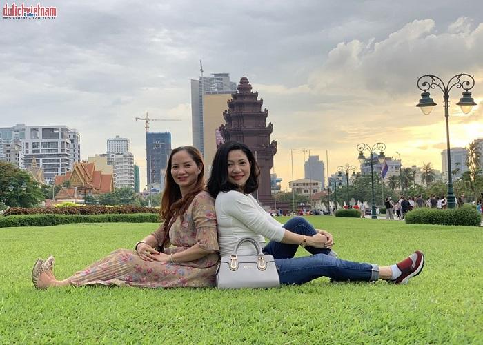 Du khách đến tham quan và chụp ảnh lưu lại kỷ niệm trong chuyến đi Campuchia