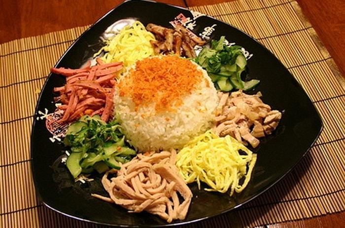 Sự kết hợp hài hòa của thịt ram, trứng tráng, nem chua, rau thơm, nước mắm,... tạo nên vị ngon khó quên của cơm âm phủ.