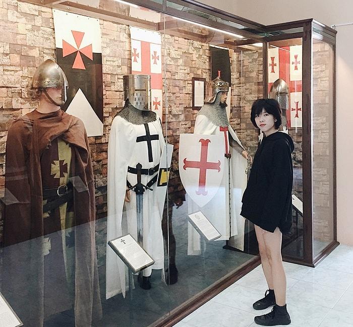 Du khách đến tham quan Bảo tàng Vũ khí cổ