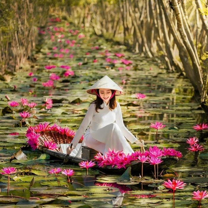 Tà áo dài Việt Nam tha thướt trên thuyền hoa