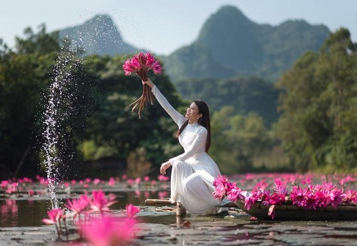 Nhiều bạn trẻ tìm đến suối Yến để chụp những bộ ảnh đẹp