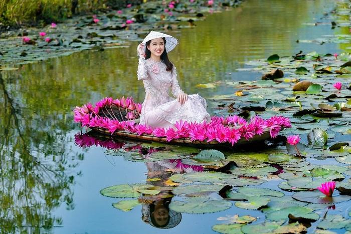 Cô gái xinh đẹp đọ sắc bên hoa