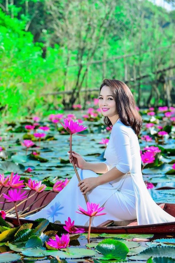 Diễn viên Mai Thu Huyền cũng không bỏ lỡ mùa hoa trên suối Yến