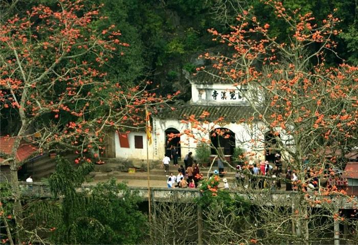 Du khách khó lòng khám phá hết quần thể chùa Hương trong ngày một ngày hai