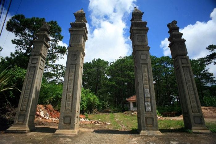 Cổng lăng là trụ biểu gồm 4 trụ thẳng đứng trang trí hoa sen