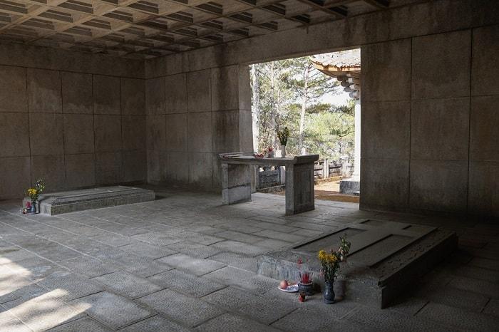 Hai ngôi mộ của Quận công và Nhị phẩm phu nhân đặt song song tạc bằng đá xanh nguyên khối