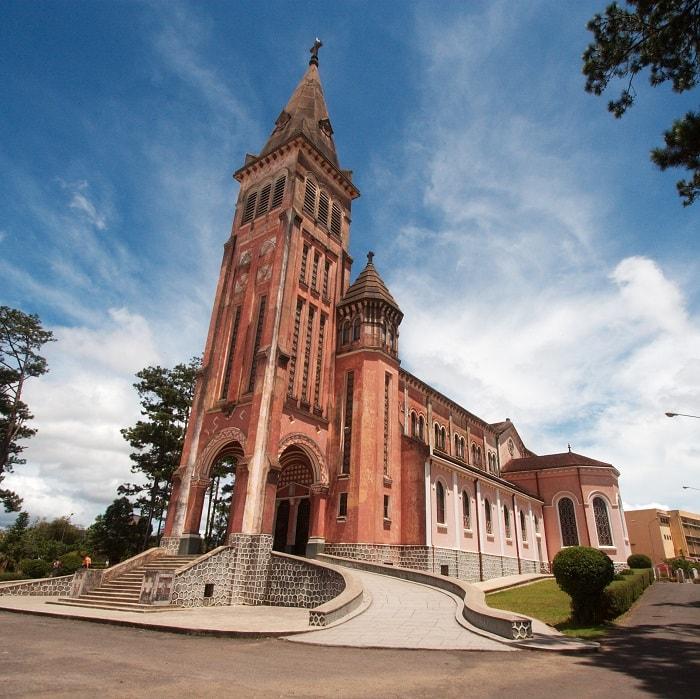 Toàn cảnh Nhà thờ Chánh tòa Đà Lạt