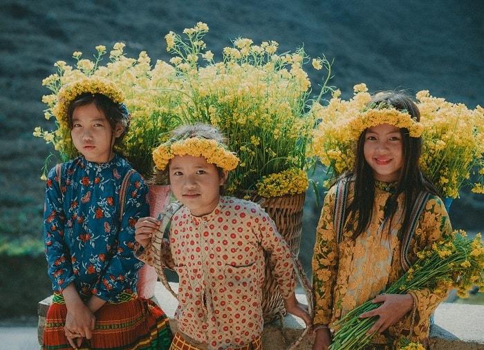 Nhiều em bán hoa cải hoa tam giác mạch và đặc sản Hà Giang cho khách du lịch kiếm thêm thu nhập để phụ giúp gia đình.