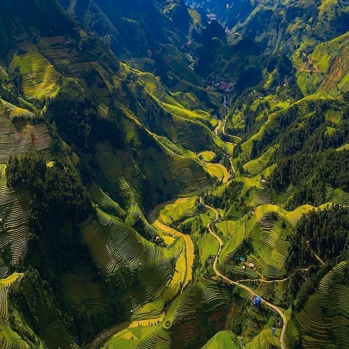 Vẻ đẹp hùng vỹ của đèo Khau Phạ khi nhìn từ trên cao.