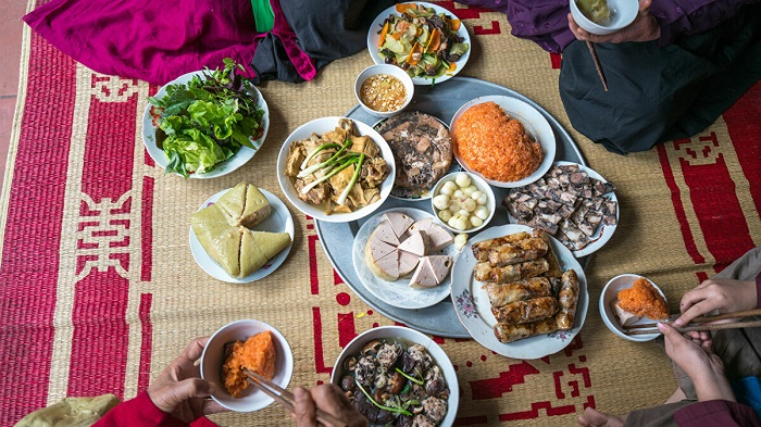 Mâm cơm người Việt ở một số vùng quê vẫn trải chiếu ngồi trước hiên nhà.