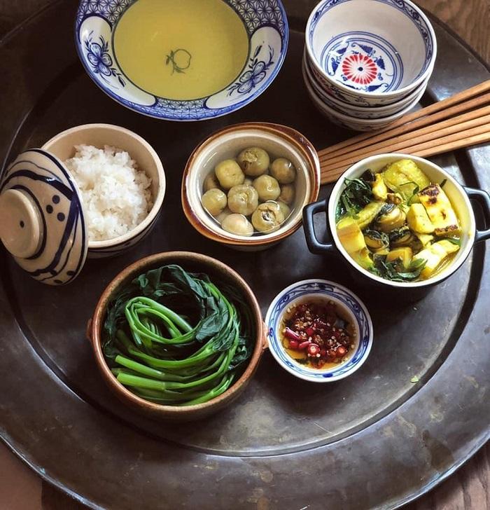 Mâm cơm ngày hè của người Việt thường có đãi rau luộc, bát cà muối