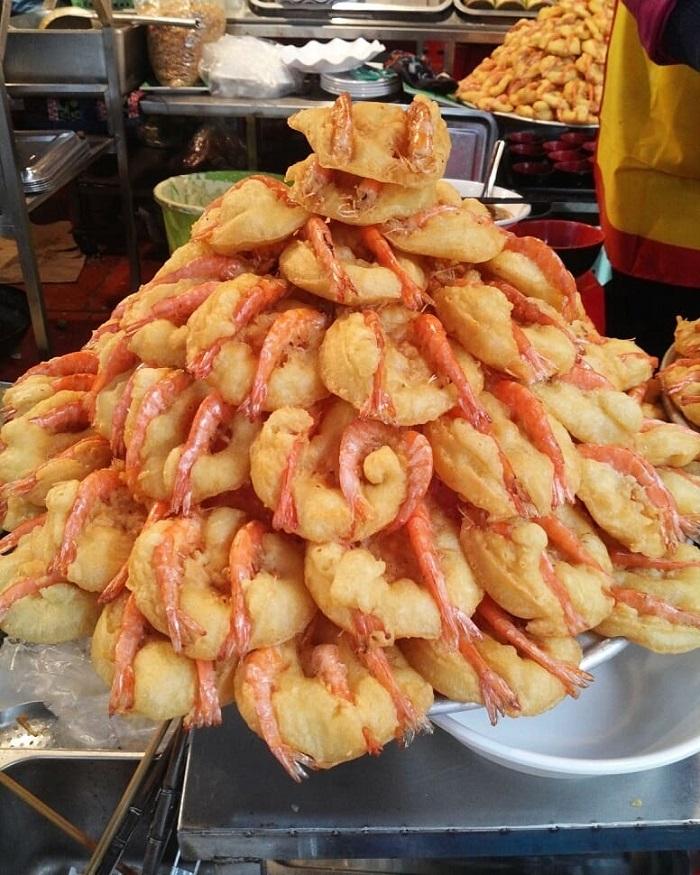 Bánh tôm phủ Tây Hồ - thức quà mang đậm phong vị miền ký ức của người Hà Nội.
