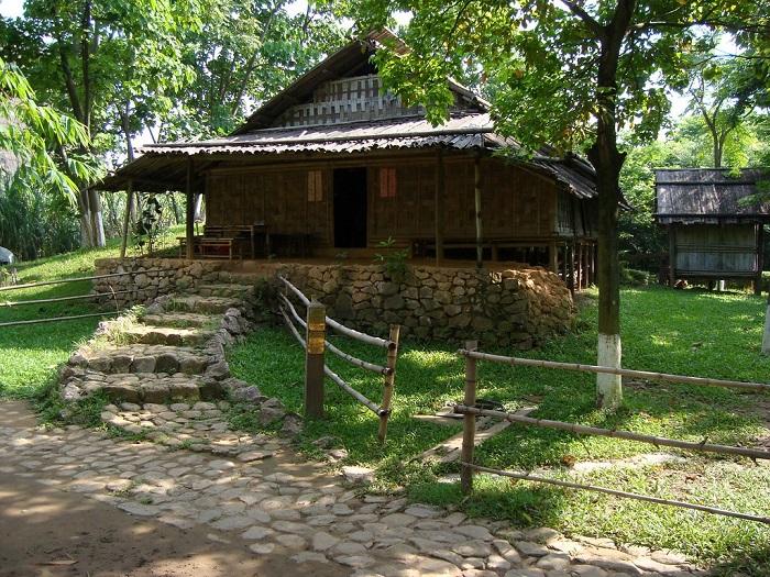 Không gian xanh tươi mát ở bảo tàng dân tộc học Việt Nam.