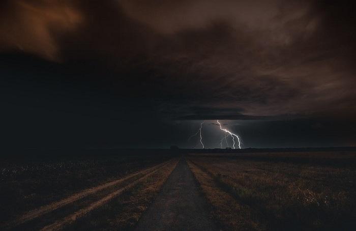 Tác phẩm Storm in the Field (tạm dịch: bão trên cánh đồng) được chụp bởi nhiếp ảnh gia người Hungary Vatja Laszlo.