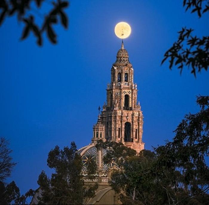 Bức ảnh còn lại là tác phẩm mặt trăng tròn trên tháp California ở công viên Balboa, San Diego, được xếp vào hạng mục kiến trúc.