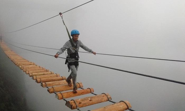 Thử thách mạo hiểm khi đi qua cây cầu Độc Mộc nép mình bên núi này khiến nhiều người phải thót tim