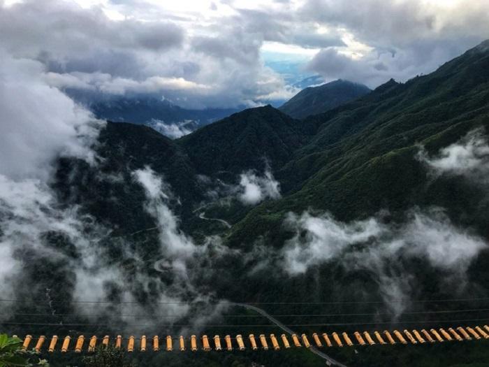 Khung cảnh núi rừng Tây Bắc hoang sơ, mây núi ôm ấp.