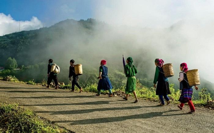 Đoàn người nối tiếp nhau bắt đầu một ngày làm việc vất vả ở Hà Giang