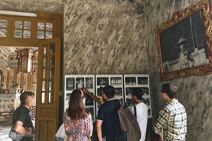 Du khách tham quan lăng vua Khải Định vào tháng 9/2020.