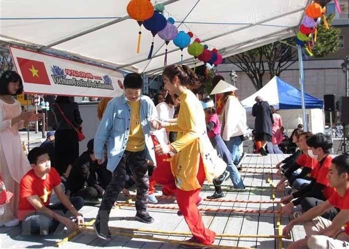 Các vị khách Việt Nam và Nhật Bản tham gia múa sạp. Ảnh: Đào Thanh Tùng/TTXVN
