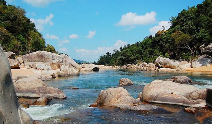 Hòn đảo hoang sơ này tọa lạc tại xã Hòa Thắng, Huyện Bắc Bình, tỉnh Bình Thuận.