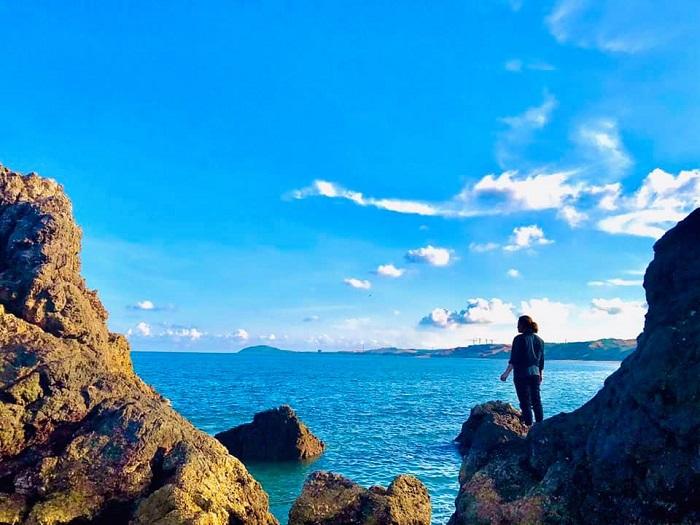 Biển xanh, nắng vàng như rót mật khiến hòn Rùa trở nên vô cùng thơ mộng.