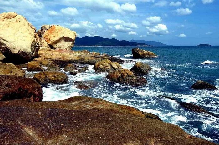 Nước biển trong vắt vỗ rì rào vào ghềnh đá khiến cho nơi này mang cảm giác rất hoang sơ