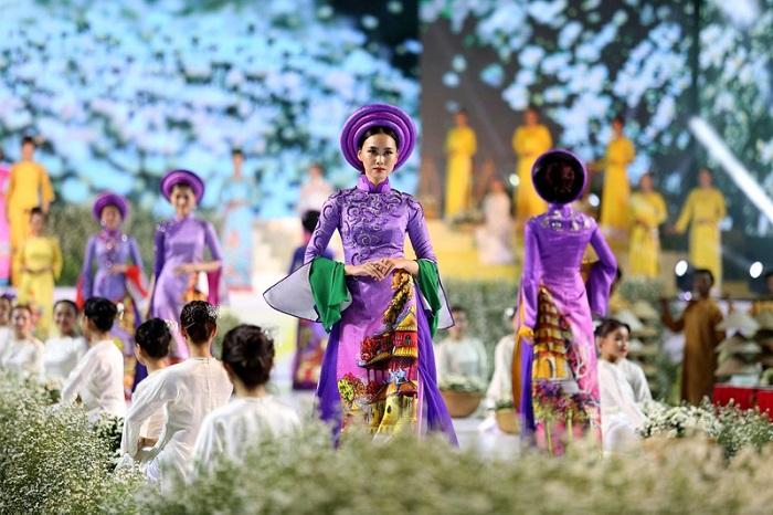 Lễ hội Áo dài sẽ được dời đến tháng 10.
