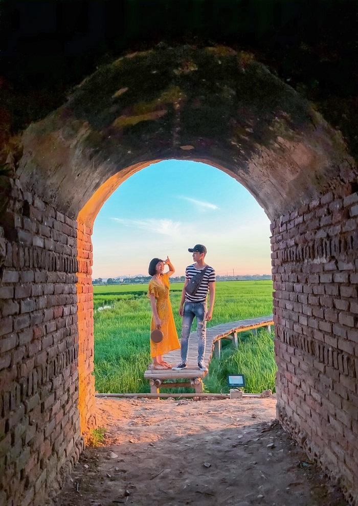 Các cặp đôi cũng bắt trend để check in với đường hầm của lò gạch bỏ hoang này