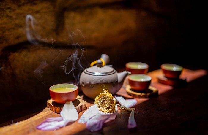 Thưởng thức món chè sen thơm mát cùng với kẹo lạc là một thú vui tao nhã và thú vị.