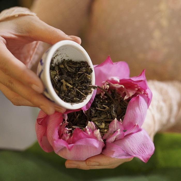 Ướp sen để làm trà hoặc ướp hương cho đời.
