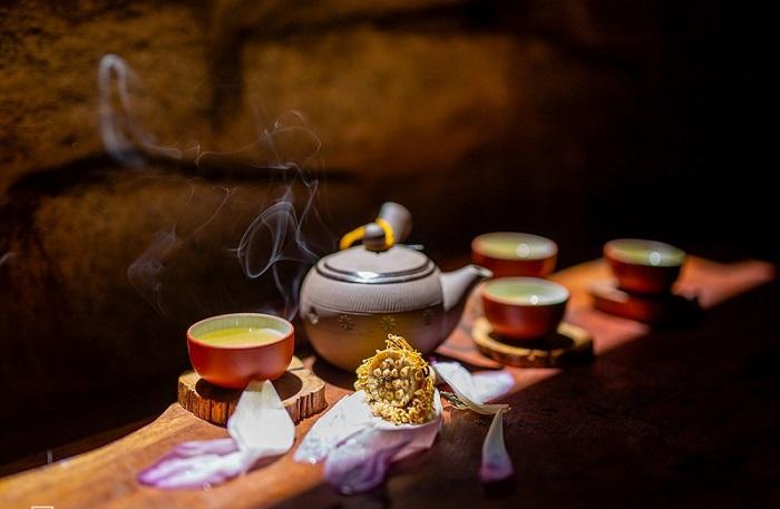 Thưởng thức một chén trà thoảng hương sen làm dịu đi cái nóng oi ả của mùa hè