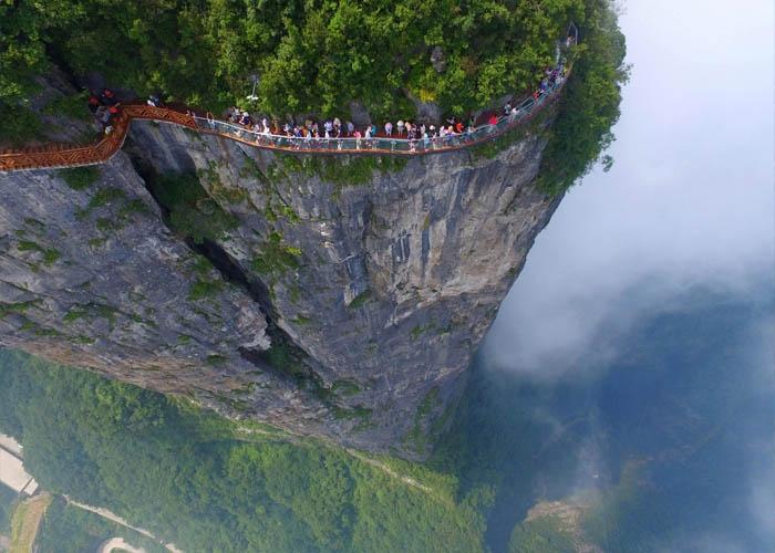 Cầu kính cheo leo bên vách núi ở Trung Quốc. Ảnh: Sohu.com