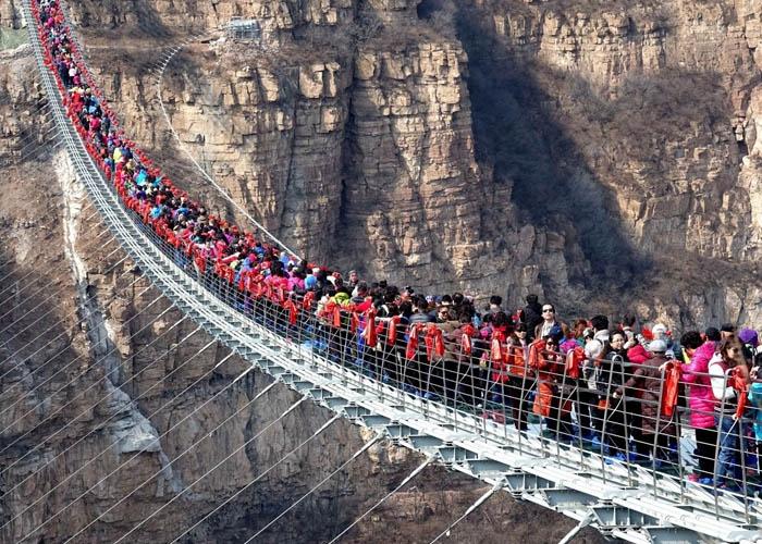 Cảnh du khách chen chúc trên cầu kính khiến cây cầu trở nên mong manh và có cảm giác như sẽ sập đổ bất cứ lúc nào. Ảnh:
