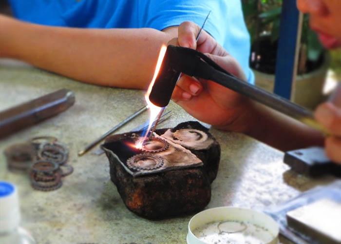 Chế tác đồ trang sức là nghề gia truyền của người dân làng Celuk. Ảnh: bestprice.vn