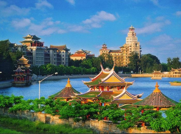 Cổ Lãng Tự được ví như hoa viên trên biển với cảnh quan tuyệt đẹp và rất đỗi bình yên. Ảnh: tripadvisor.com.vn