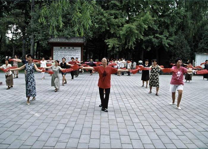 Người bản địa tập trung ở công viên để tập dưỡng sinh hoặc khiêu vũ mỗi ngày. Ảnh: Sally and Richard Greenhill/Alamy Stock Photo