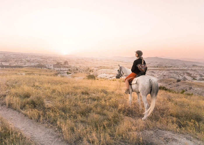 Cưỡi ngựa qua thung lũng Rose và ngắm hoàng hôn. Ảnh: elle.vn