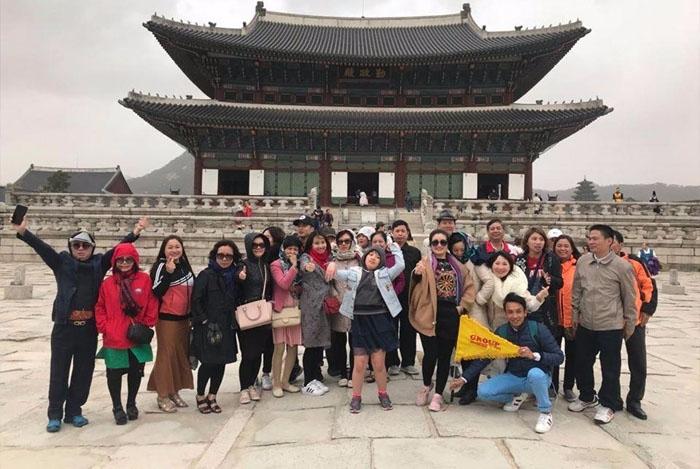 Du khách tham quan cung điện Gyeongbok