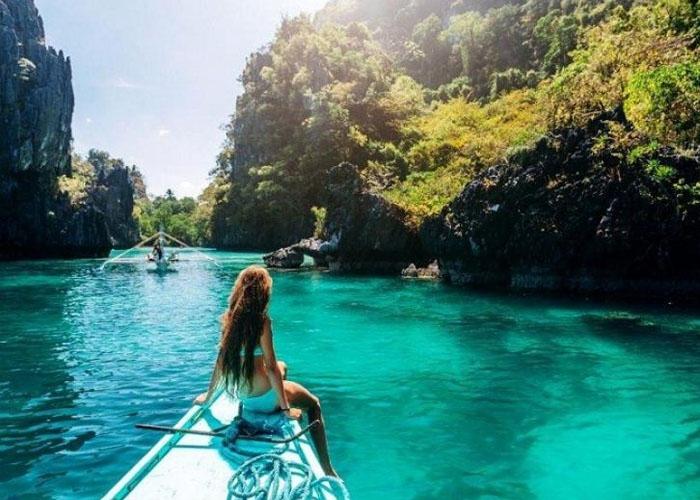 Ngồi thuyền băng qua hồ lớn ngắm cảnh đẹp thiên nhiên. Ảnh: debonche.life