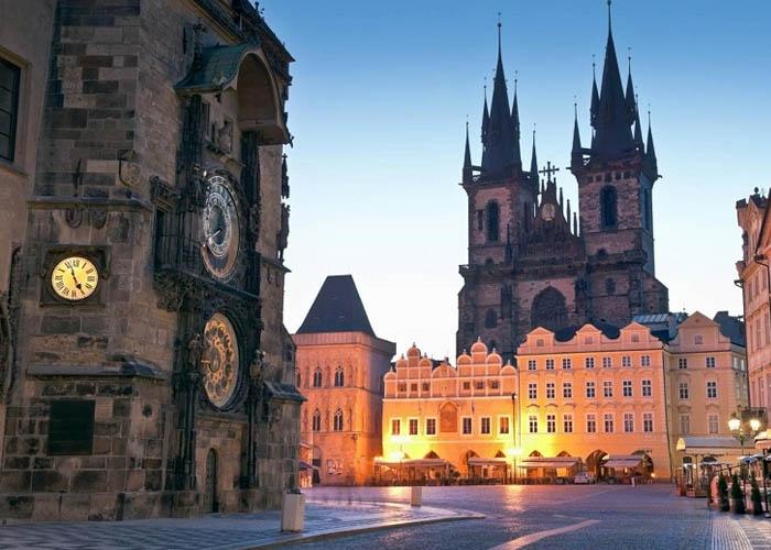 Praha vào mùa đông thời tiết lạnh nhưng sẽ dễ tham quan và khám phá nhất. Ảnh: surorilecalatoare.com