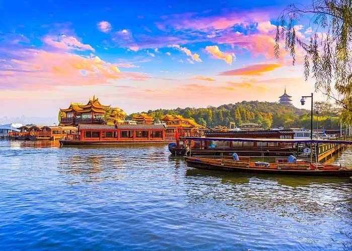 Vẻ đẹp thơ mộng hữu tình của Hồ Tây. Ảnh: hk.trip.com