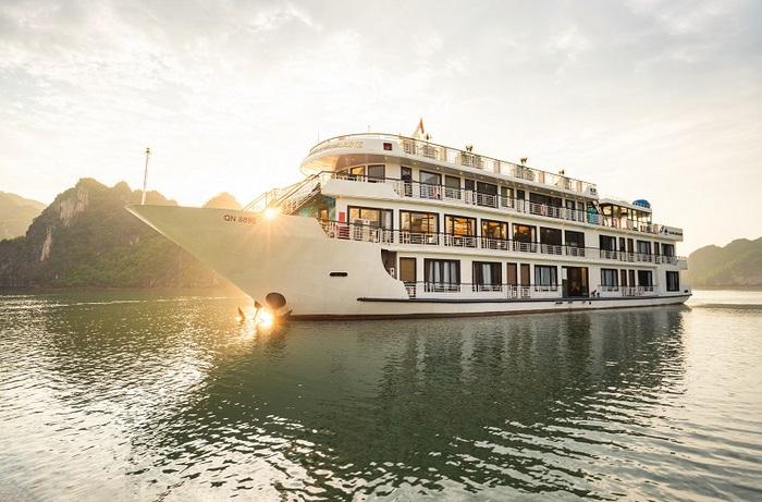 Du thuyền trên vịnh Hạ Long được ưa chuộng