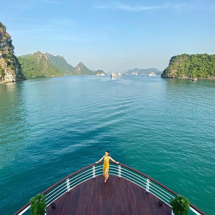 Ngắm nhìn vịnh Hạ Long trên du thuyền